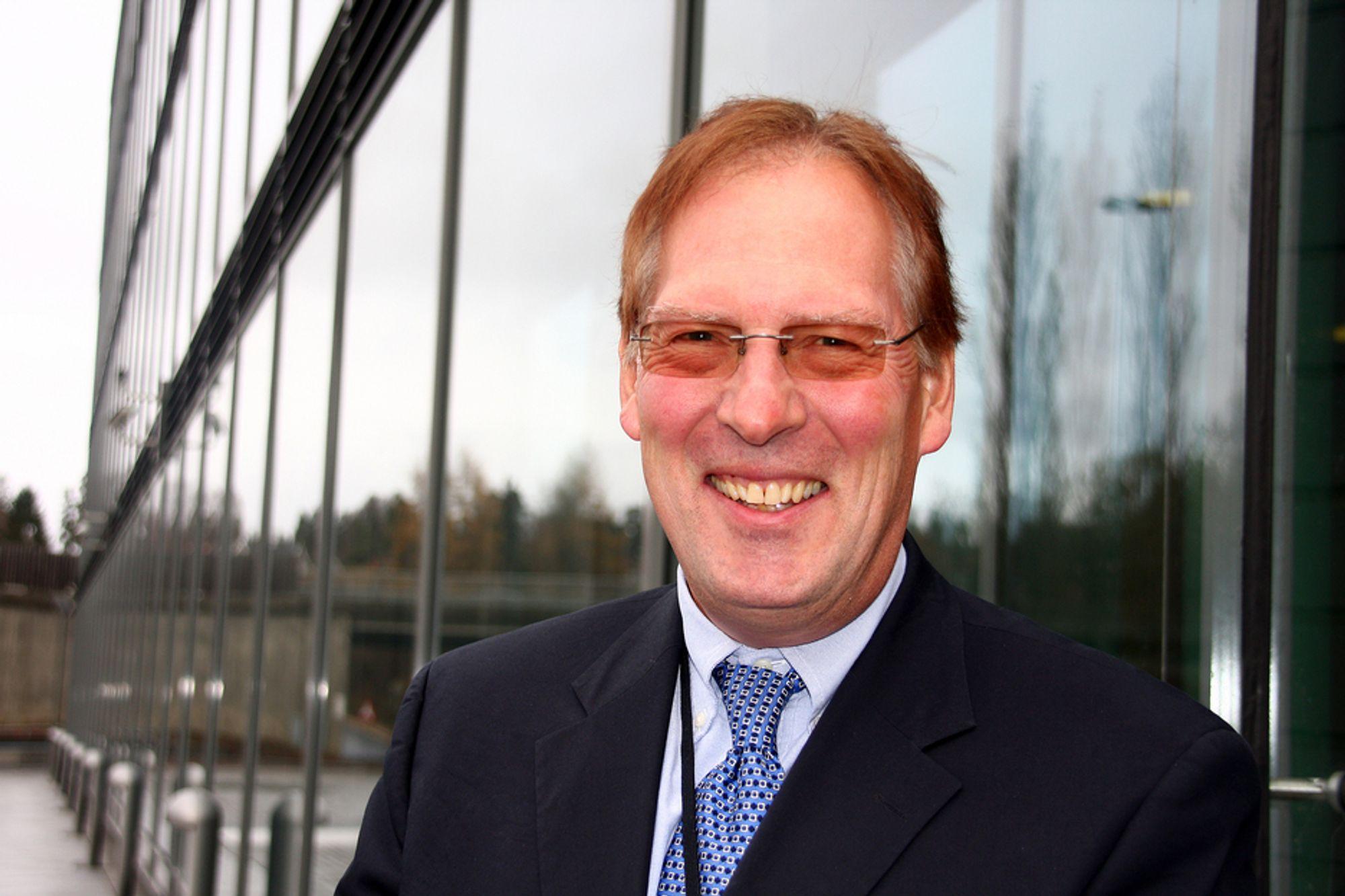 STOLT: Lars Hauk Ringvold, leder for Hydros byggvirksomhet, smiler fra øre til øre etter at det i dag ble kjent at Wicona TEmotion er kåret til beste fasadeløsning under BAU-messen i München. (Arkivfoto).