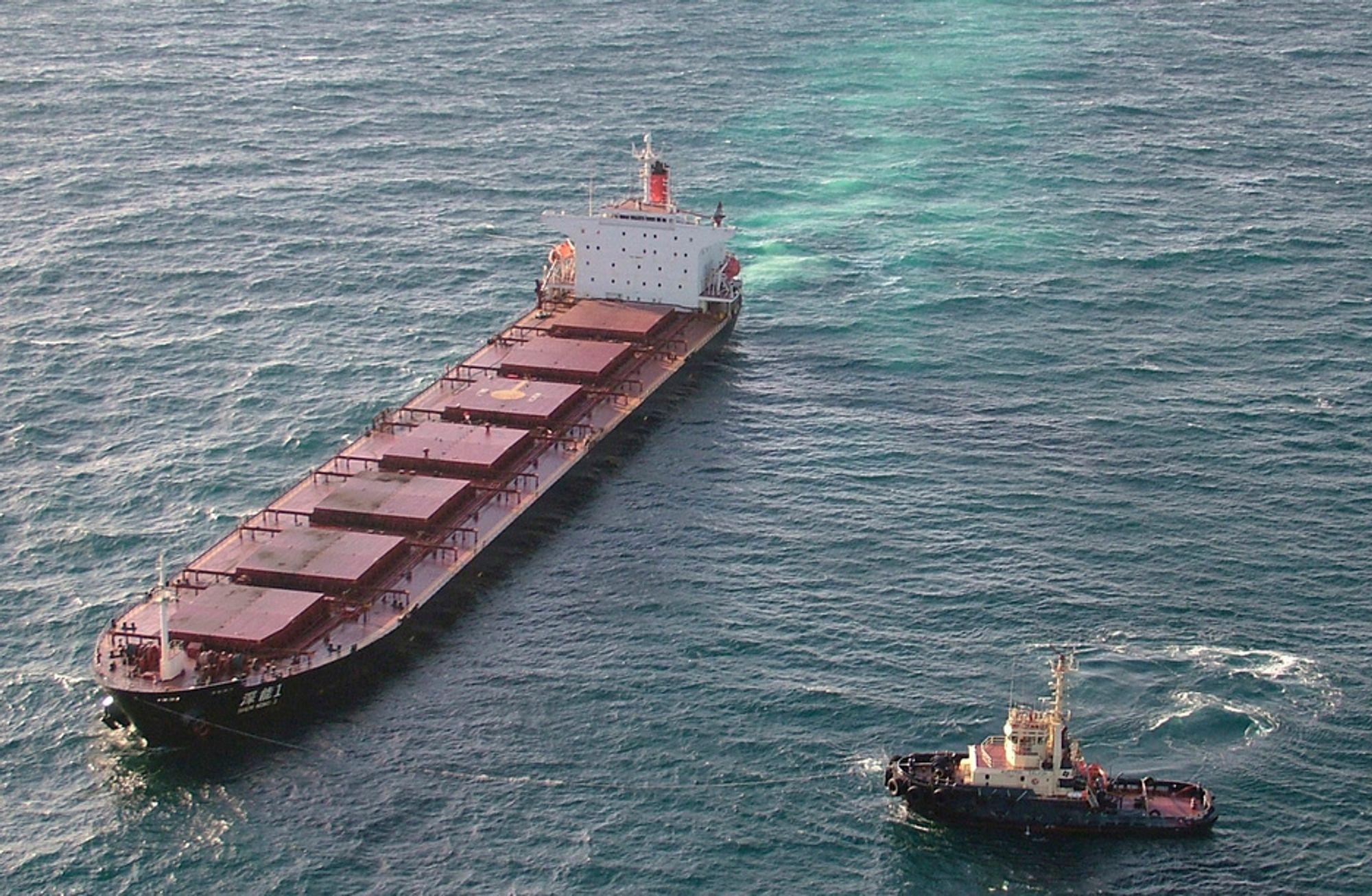 Shen Neng 1 ligger på grunn ved Great Barrier Reef. Operasjonen med å slepe skipet av korallrevet begynte onsdag.