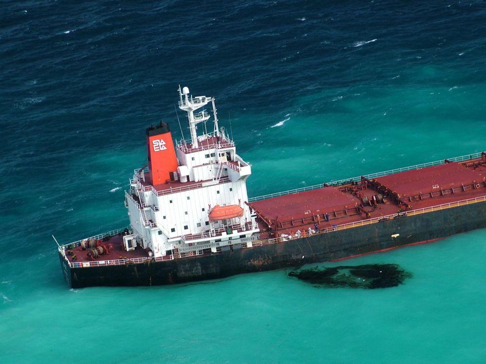 To tonn tungolje lekket ut da et kinesisk skip gikk på grunn på Great Barrier Reef i Australia. Skipet ble mandag trukket av revet, men det er gjort skader på korallene.