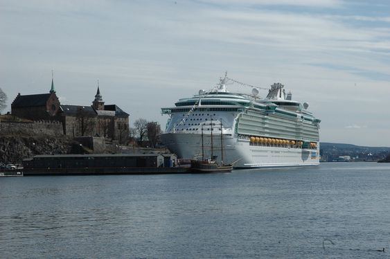 GAMMELT OG NYTT: Freedom of the Seas ved Akershus kai i Oslo. Overlevert i april 2006 fra Aker Yards Åbo.