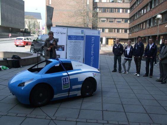 Statssekretær Sigrun Hjørnegård fra Olje- og energidepartementet avduket bilen fra NTNU.