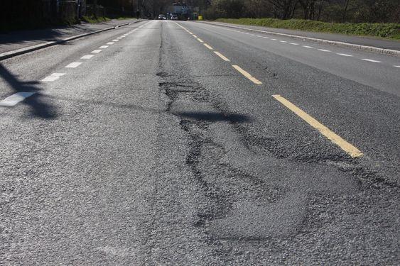GÅR OPP I LIMINGEN: Dype sår i asfaltdekket, som her i Østensjøveien, er symptomatisk for veistandarden i Oslo.