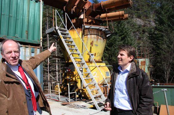 Teknisk direktør Kees van Wingerden (tv.) og administrerende direktør Øystein Larsen i Gexcon foran en dansk kullkvern. Den er eksplosjonstestet for å simulerer uhell med kverning av biopellets.