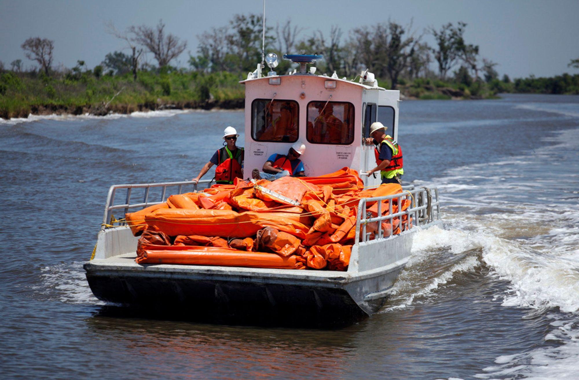 En båt på vei til å legge lenser for å hindre oljesøl i å nå land i Louisiana. Oljekatastrofen kan nå sette bom for klimaloven siden den inkluderer mer leting etter olje utenfor USAs kyster.