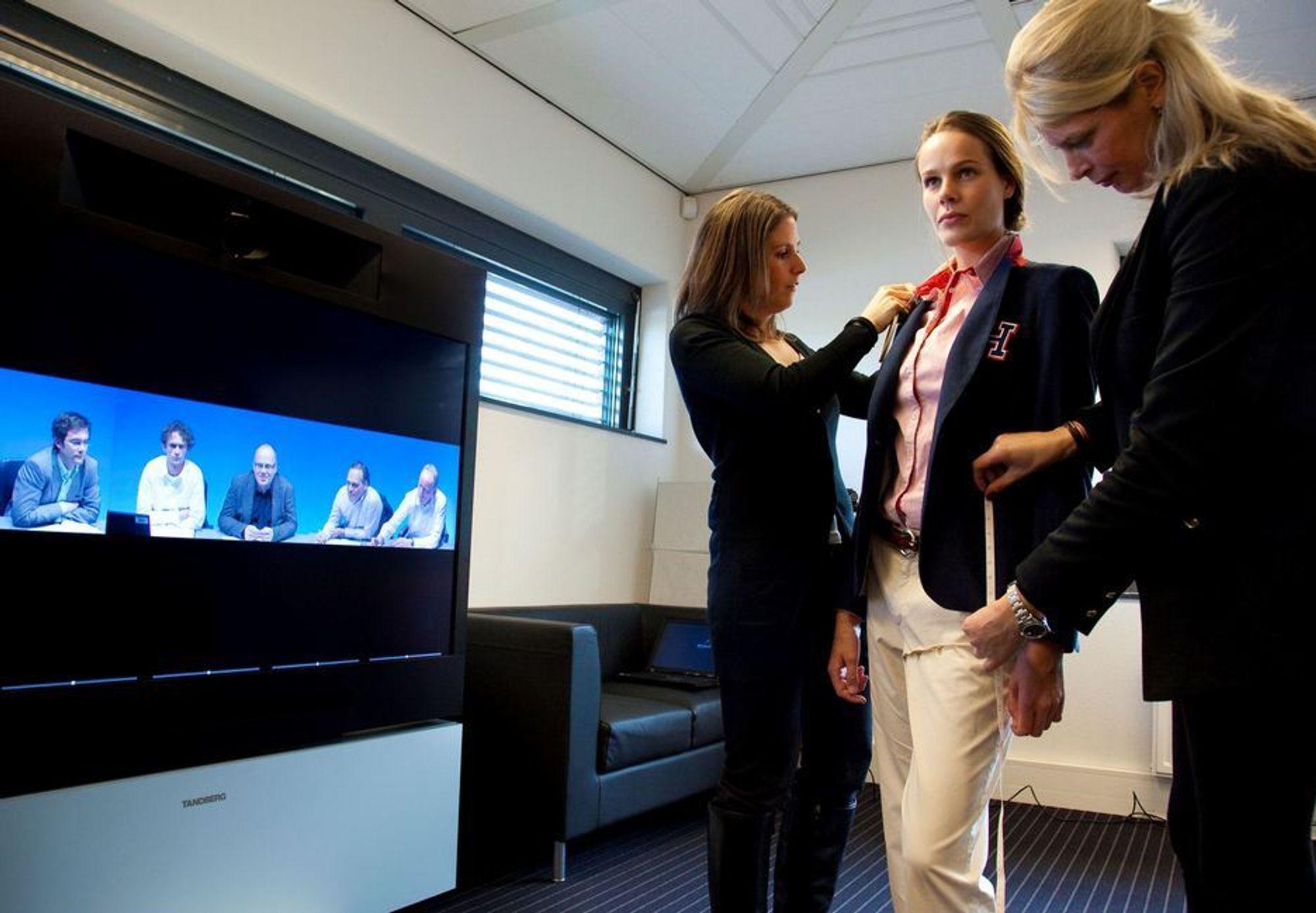 SPARER: Hilfiger satser på at designerne skal samarbeide virtuelt  på tvers av kontinentene og har installert en kombinasjon av av videokonferanse- og prøverom.