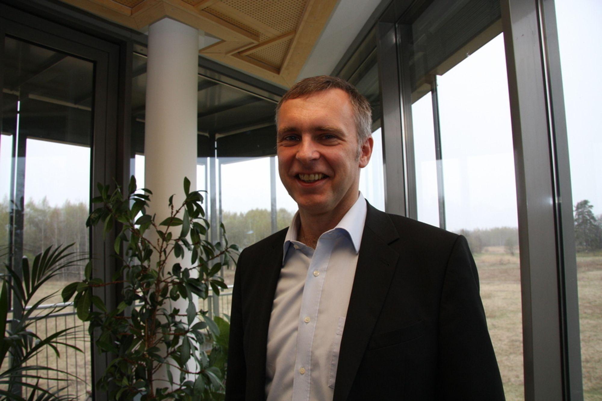 Konsernsjef Sven Ombudstvedt i Norske Skog, mener det er best å tjene på å selge kraften - når de likevel ikke kan utnytte den selv i egen virksomhet.