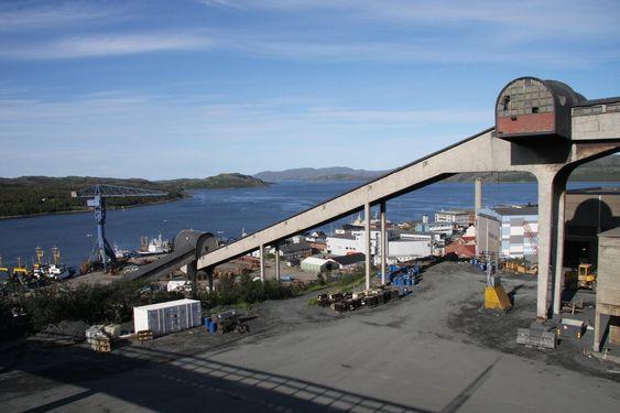 SENTRALT: Selve fabrikken til Sydvaranger Gruve ligger nesten midt i sentrum av Kirkenes.
