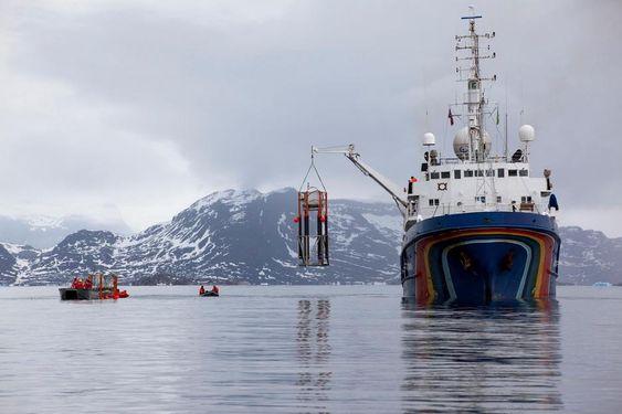 Havforsuringseksperiment utenfor Svalbard. Greenpeace' båt Esperanza i aksjon.