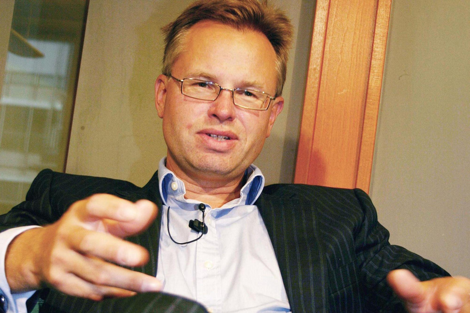 BLIR STØRRE: Visma-sjef Øystein Moan har funnet fram sjekkheftet for Sirius IT.