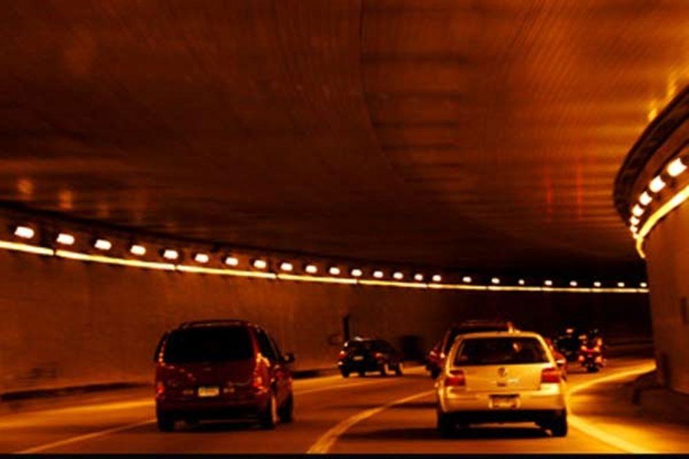 RISIKO: 199 norske veitunneler inneholder et brannfarlig tetningsstoff. Vegvesenet vil fjerne det, men det vil ta tid.