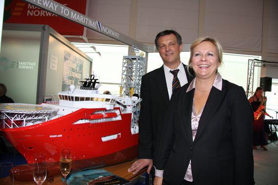 Direktør Oddbjørn Hjelle i STX  Norway Offshore og satatssekretær Rikke Lind i Nærings- og handelsedepartementet med Ship of the year - Skandi Aker.