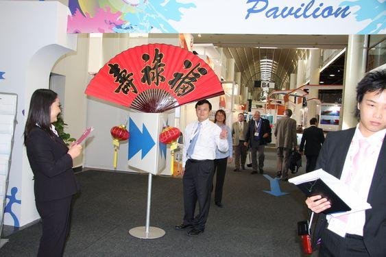 Den kinesiske paviljongen på SMM er stor og smilene brede. Kina er blitt verdens største skipsbygger.