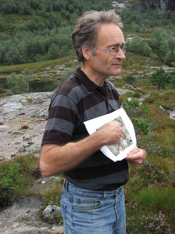 OPPDAGEREN: Geolog Fridtjof Riis er mannen som oppdaget krateret. Her står han midt nede i krateret. Foto: Anne Kari Skogerbø, Hjelmeland kommune.