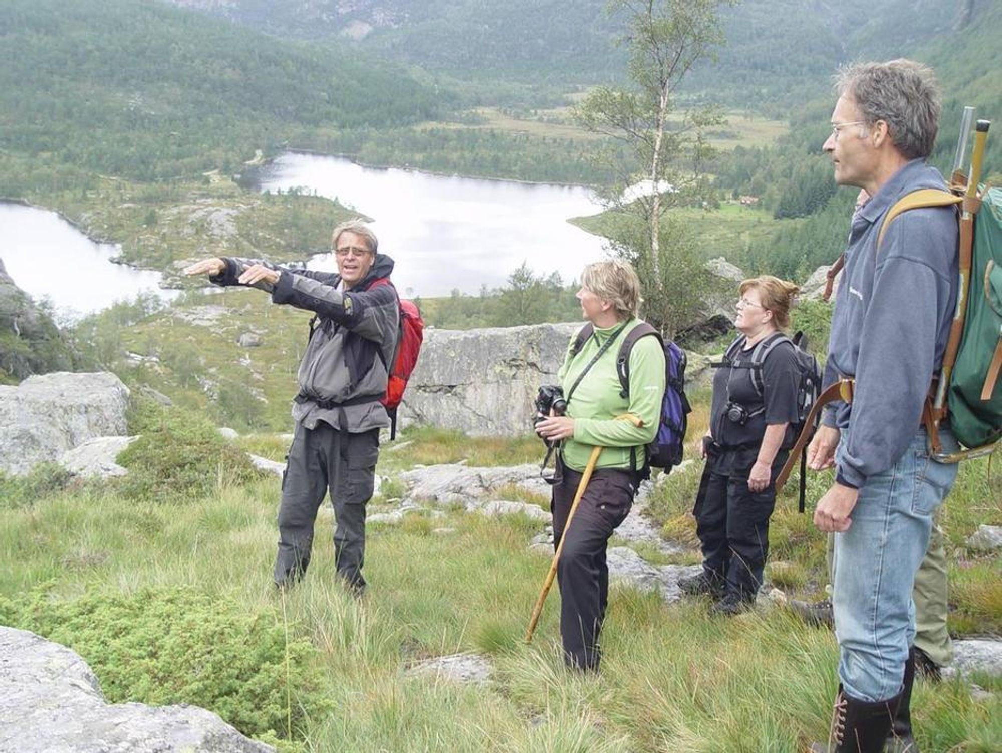 ENESTÅENDE: Professor Henning Dypvik (t.v.) og Fridtjof Riis (t.h.) sammen med to ansatte i Hjelmeland kommune er her på vei opp Svodne, og ser ned til bunnen i krateret.