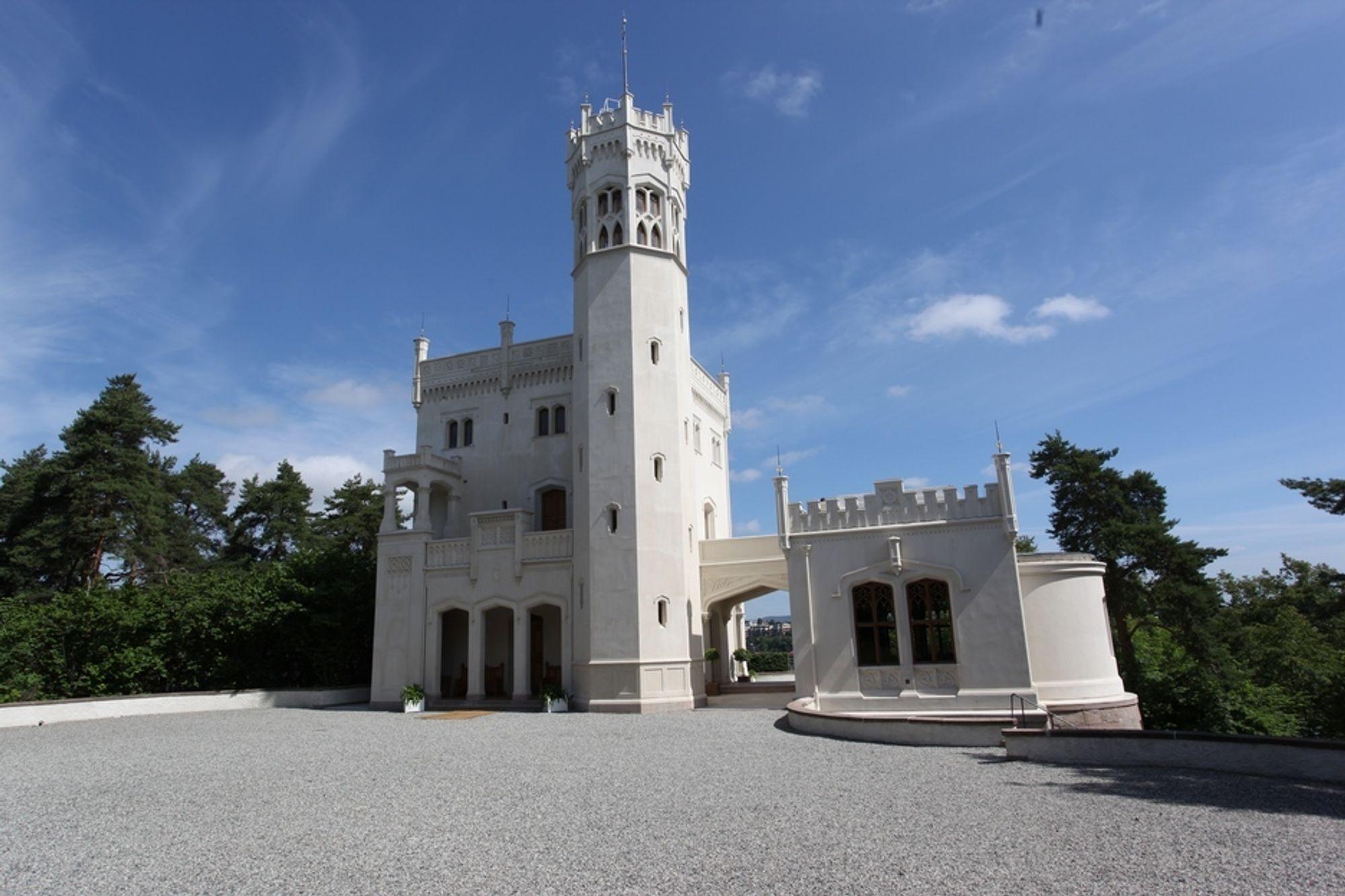 KALKET: Borte er gulmalingen og igjen fremstår slottet som originalt med kalkmaling. Fem lag er lagt på, til neste år kommer ytterligere to lag.