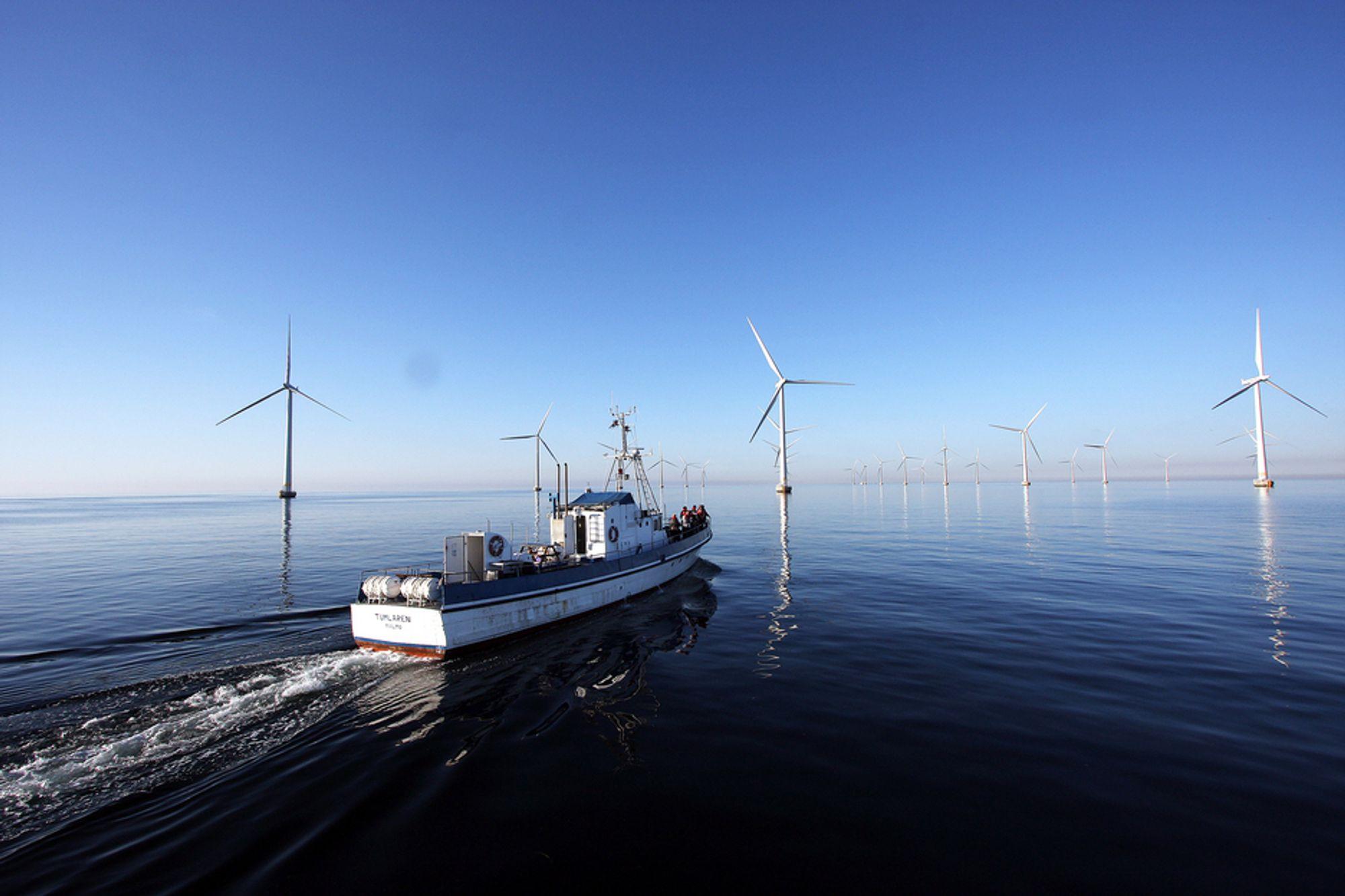 SKYHØYT KOSTNADSNIVÅ: Vindkraft til havs krever store drifts- og vedlikeholdskostnader, i tillegg til at selve installasjonsarbeidet er svært kostbart. Det er en av årsakene til at offshore havvind aldri blir mer lønnsomt enn landbasert vind, ifølge en ny rapport om vindkraft.