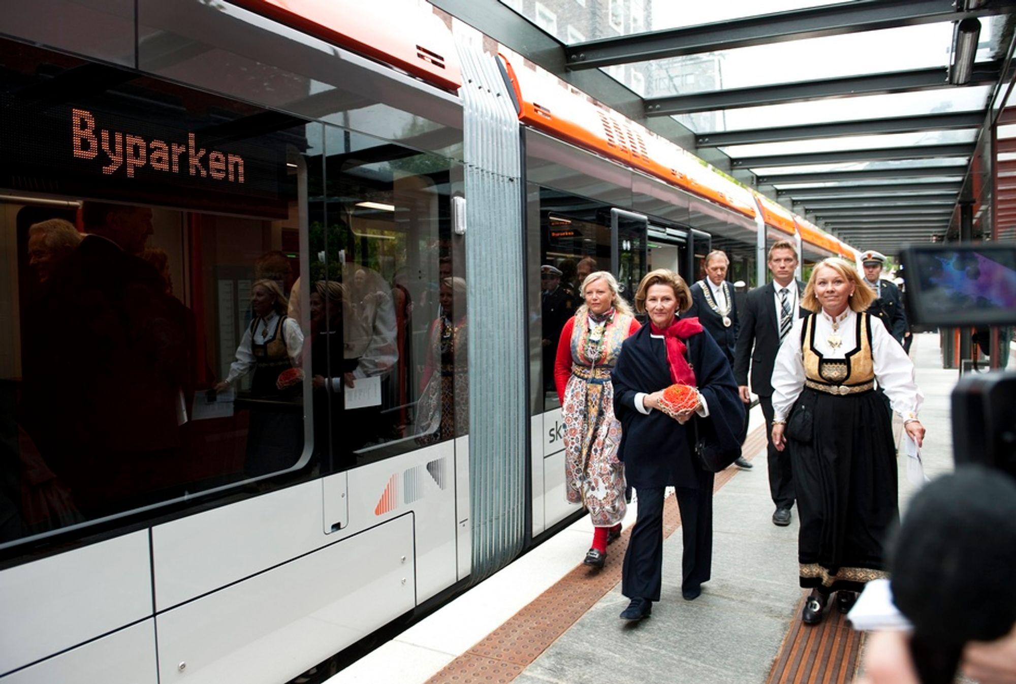 FØRSTE: Dronning Sonja var den første offisielle passasjeren på Bybanen i Bergen, og etter reisen, som gikk fra Nesttun til Bergen sentrum, åpnet dronningen den nye bybanen.