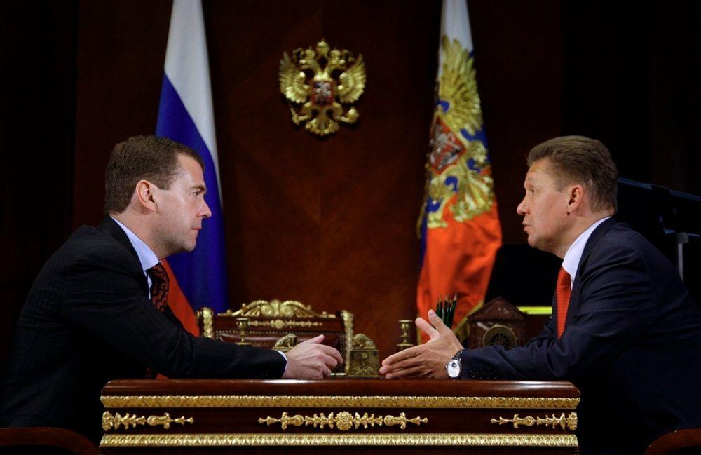 TIL ENIGHET: Gazprom, her ved direktør Alexei Miller (t.h.), og Russlands president Dmitry Medvedev (t.v.) har blitt enige med Hviterussland.
