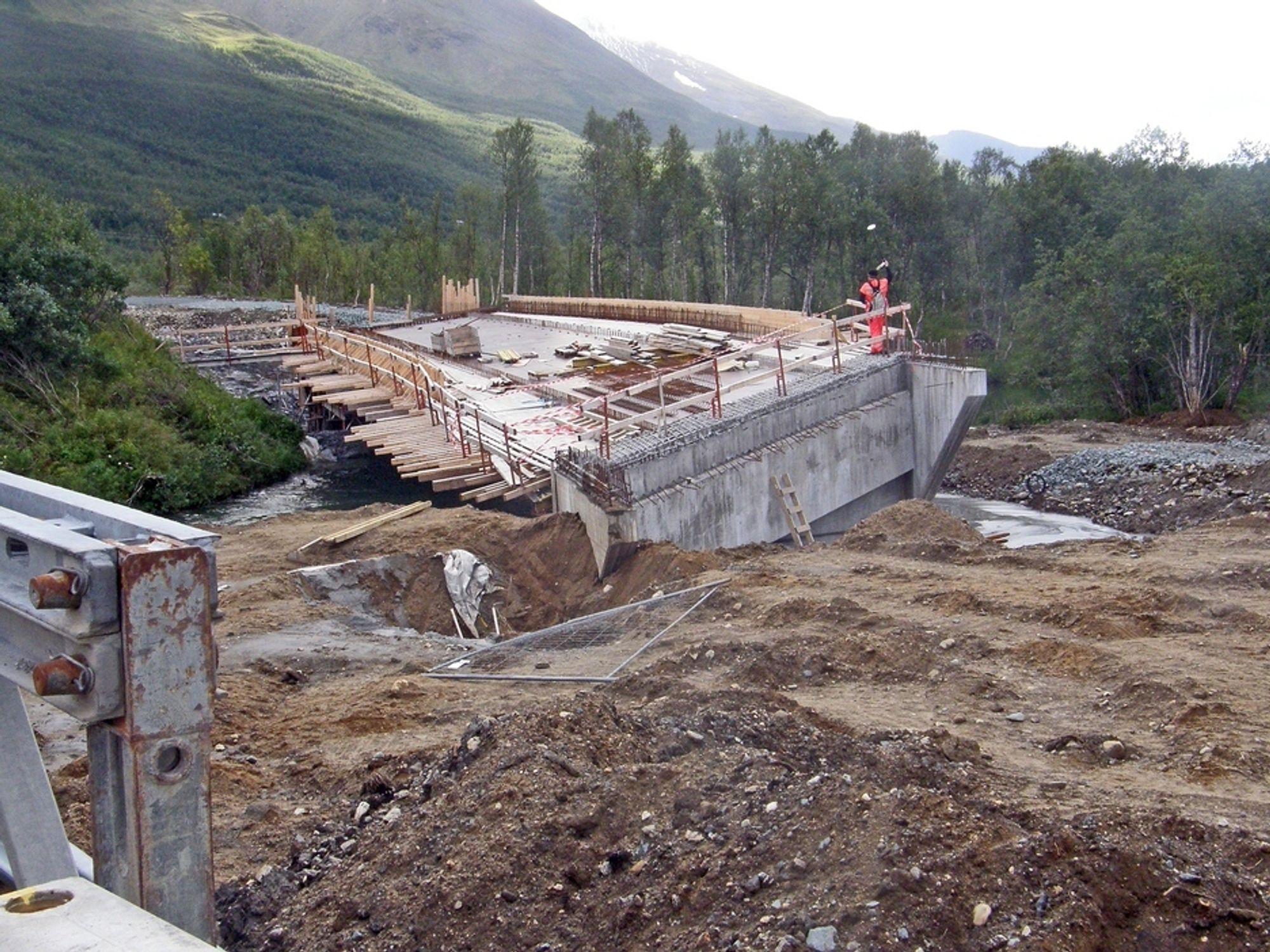 SANK SAMMEN: På grunn av artesisk utstrømning av grunnvann, har Breivikeidet bru i Troms sunket 70 centimeter.