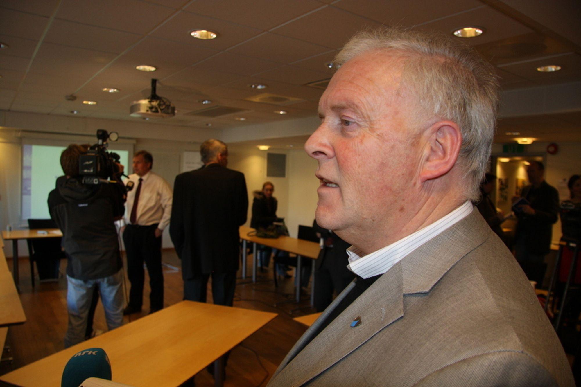FÅR KABELSØKNAD: - Det var en gladnyhet for oss, sier Sykkylven-ordfører Jan Kåre Aurdal (KrF). Statnett pålegges å søke om sjøkabel mellom Store Standal og Ørskog. Blir den bygget slipper Sykkylven unna kraftlinjen Ørskog-Fardal.