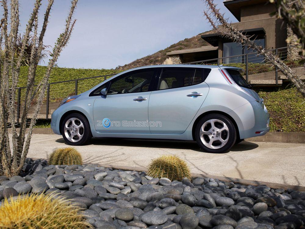 """Nissan Leaf er en """"vanlig"""" bil med elmotor. Nå har den fått kjørt seg av en amerikansk journalist."""