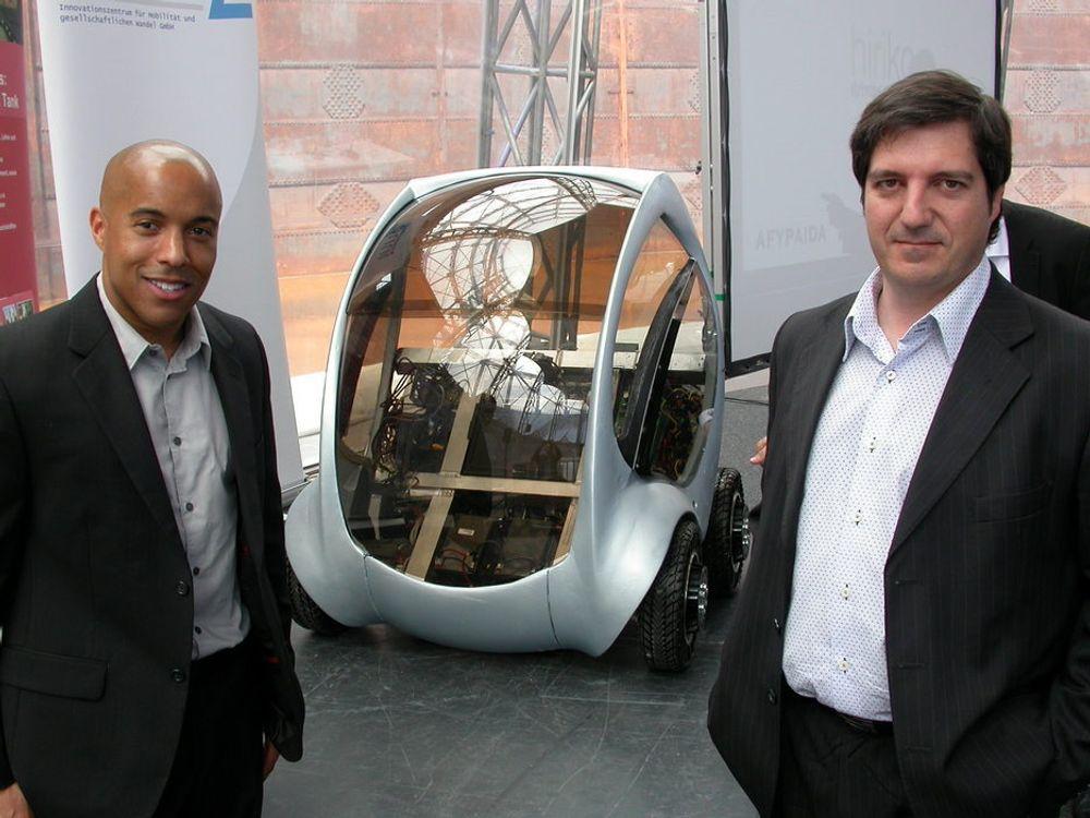 BYBIL: Designer William Lark jr fra MIT (t.v.) og den baskiske bilkonstruktøren Carlos Fernandez Isoird (t.h.) vil revolusjonere bilbruken i byene med sin nye sammenleggbare bybil. Bilen skal i løpet av neste år testes i fem storbyer.