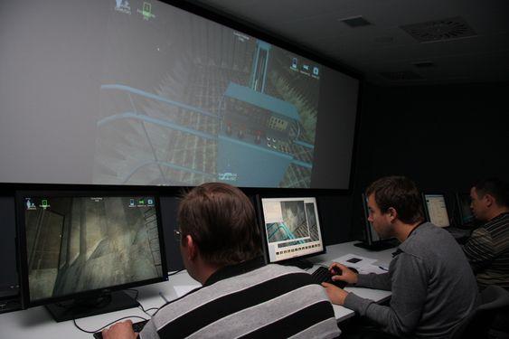 FØRSTE KULL: Første studentkull som tar i bruk 3D-simulatoren i Gdynia i Polen  i et noe uvanlig klasserom. Teori og simulator kombineres med besøk på verft og reelle skipsinspeksjoner i Gdynia og Gdansk.