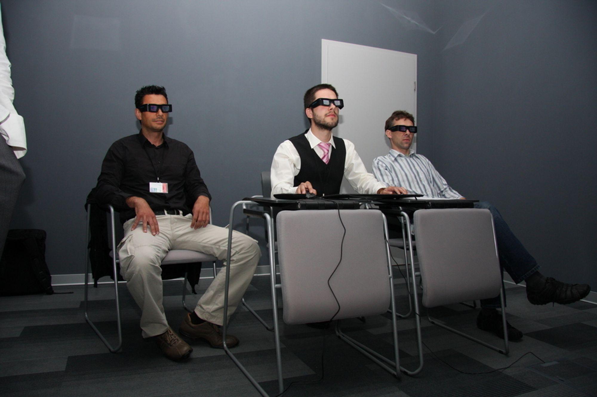 3D-ROM: Her sitter DNV-inspektør Marco Tani og Alba Leszek og får videreutdannelse med DNVs nye simulator. I midten Pawel Lapinski fra DNV Polen, som har vært med på utviklingsarbeidet.