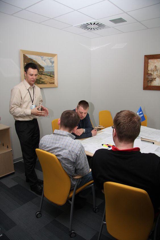 ROLLESPILL: Tre DNV-studenter og en lærer i aksjon på kapteinens rom ved DNV Academy. Inspektørene trener på situasjoner i møter med kapteiner og rederiets representanter.