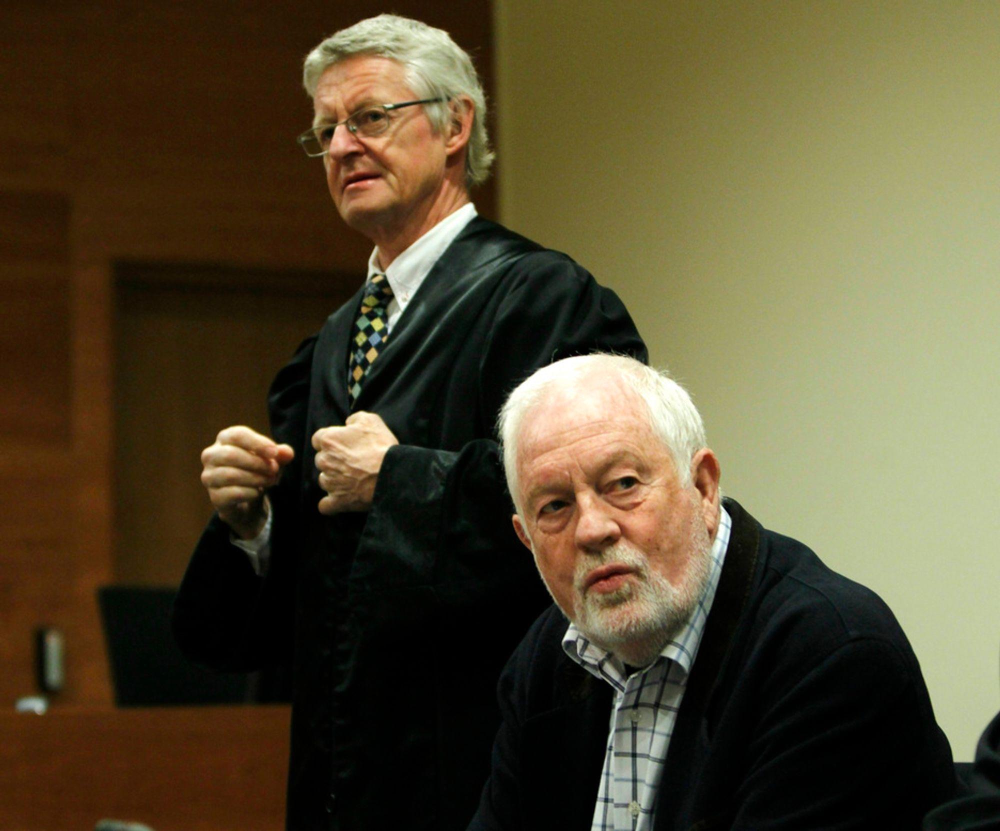 Tidligere vannverkssjef Ivar T. Henriksen og hans forsvarer Harald Stabell (t.v.) i Borgarting lagmannsrett fredag. Henriksen er dømt til fengsel i sju og et halvt år for korrupsjon og økonomisk utroskap.