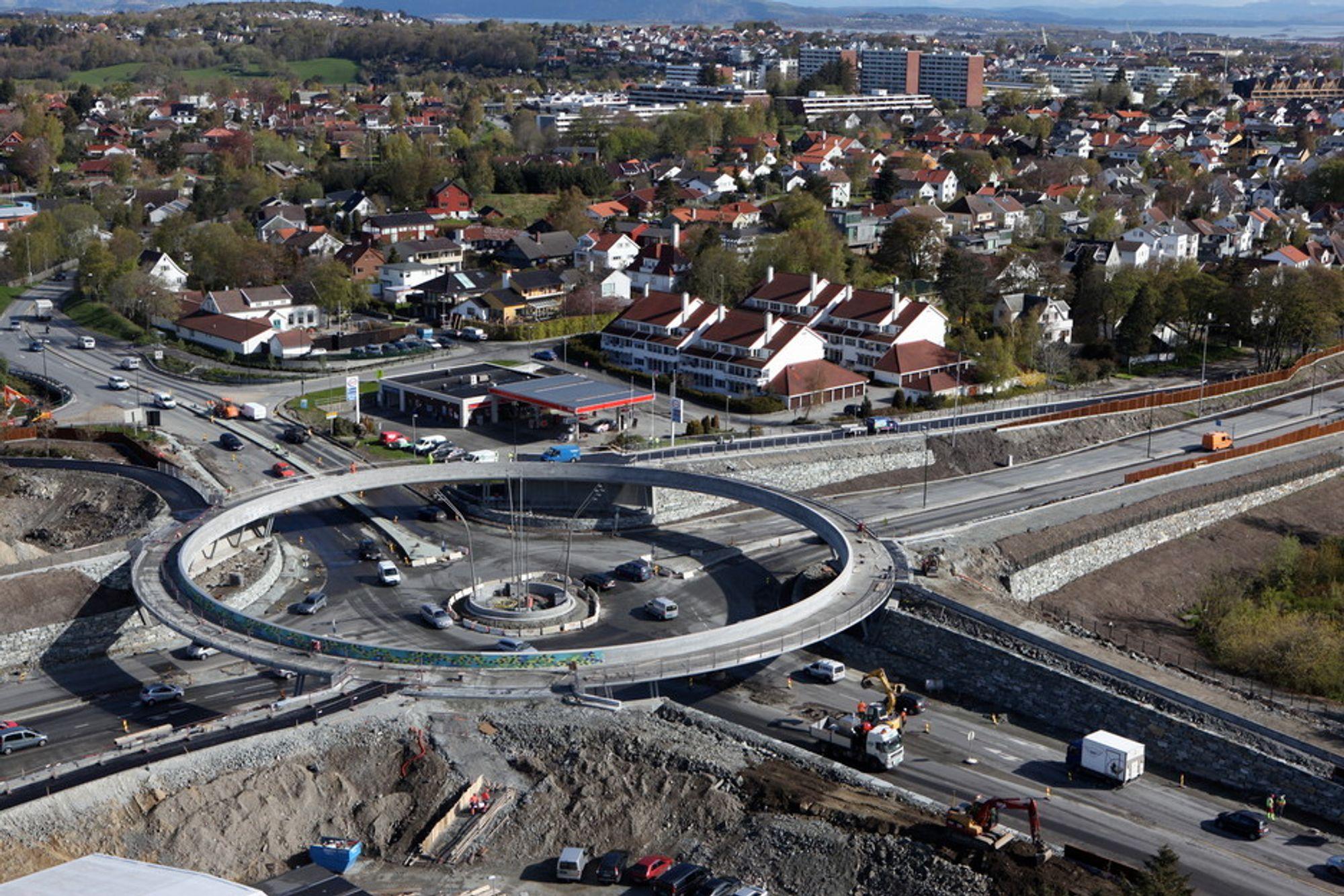 MER KØ: Tjensvoll-krysset ved Stavanger har kostet 119 millioner kroner. I rushtiden vil bilkøene øke, mens kollektivtrafikken, syklister og gående får bedre forhold.