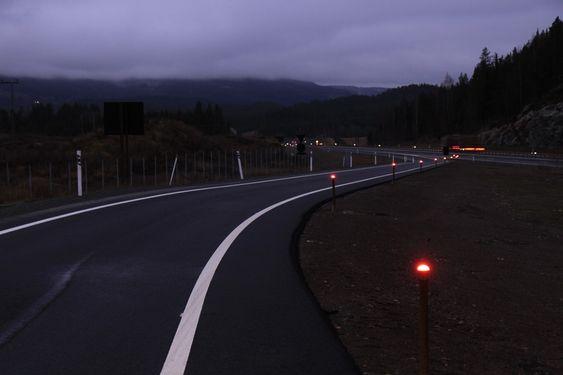 LED-BELYSNING: 1. oktober i fjor åpnet den nye firefeltsstrekningen på 12,8 kilometer mellom Skaberud og Kolomoen i Hedmark fylke. Her er det valgt en LED-løsning på midtdeleren.