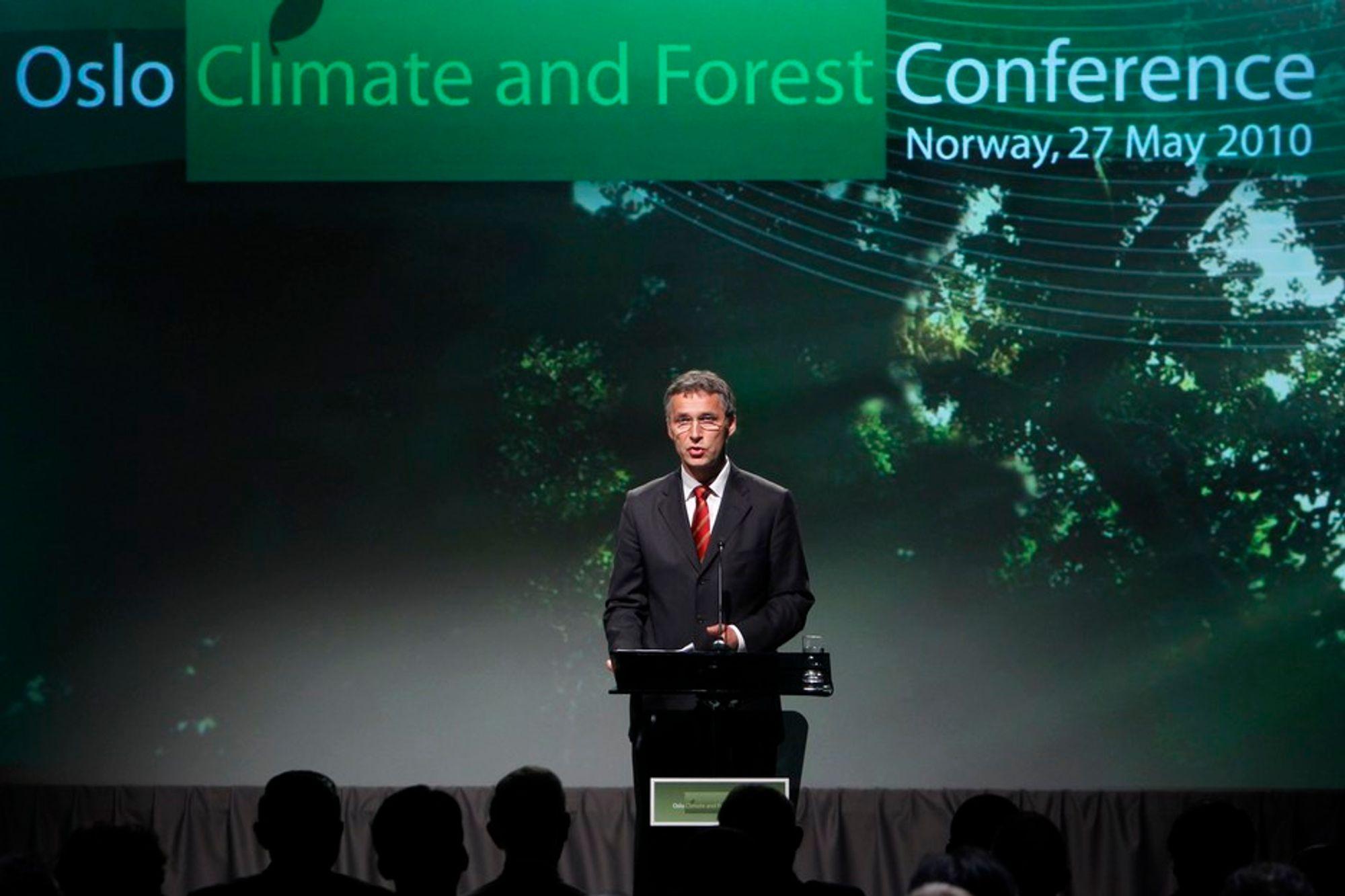 Statsminister Jens Stoltenberg på talerstolen under Oslo Climate and Forest Conference torsdag formiddag.