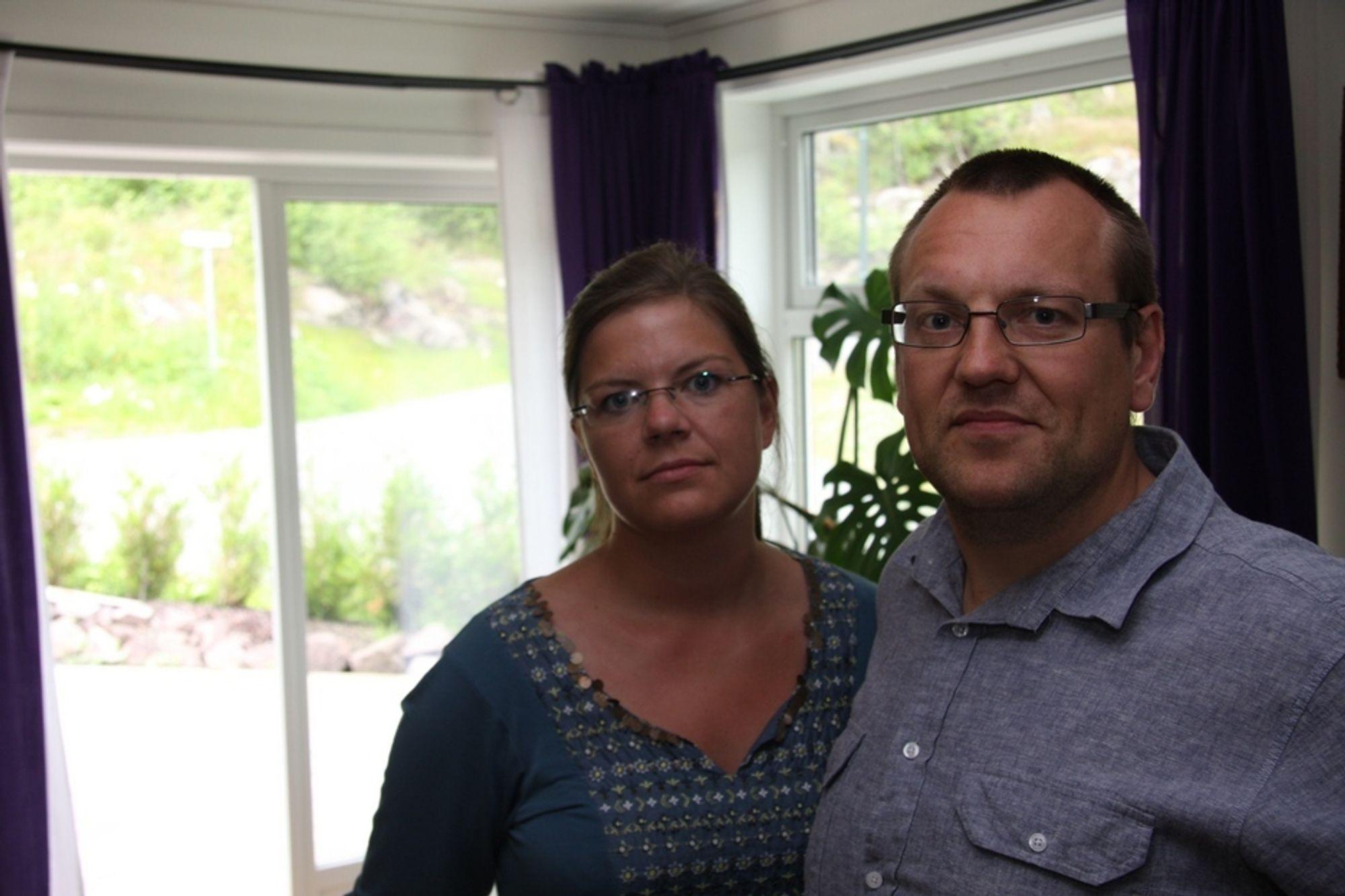 PLAGSOMT VARMT: Beate Karlsen og Håvard Hokholt har det plagsomt varmt i huset sitt i Lommedalen. Husentreprenøren JM Byggholt lover fortsatt dialog med paret.
