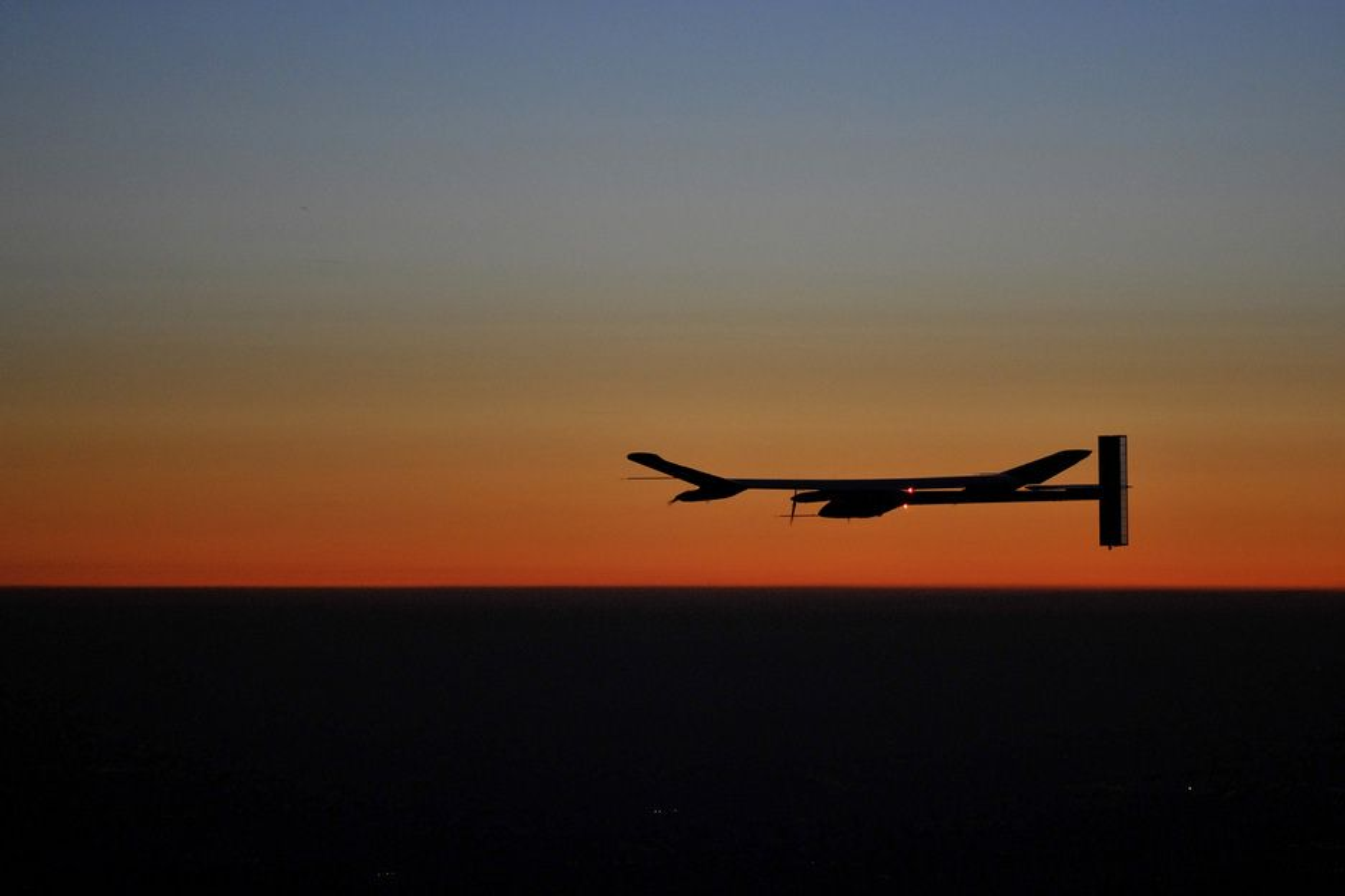 Slik så det ut da Solar Impulse svevde inn i solnedgangen over Payerne i Sveits onsdag. Nattflygingen er den første for solcelleflyet noen sinne.