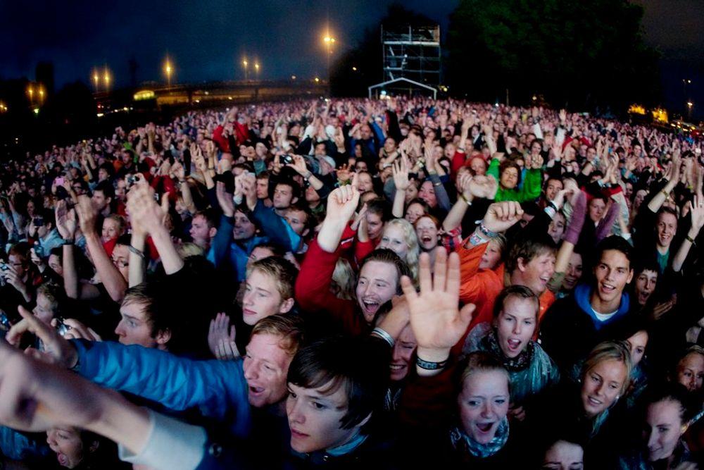 GRØNN: Øyafestivalen bytter ut dieselaggregater med kabler direkte til strømnettet, og lyser ut en konkurranse om andre gode energi- og miljøidéer. Her fra konserten med Røyksopp og Anneli Drecker i fjor.