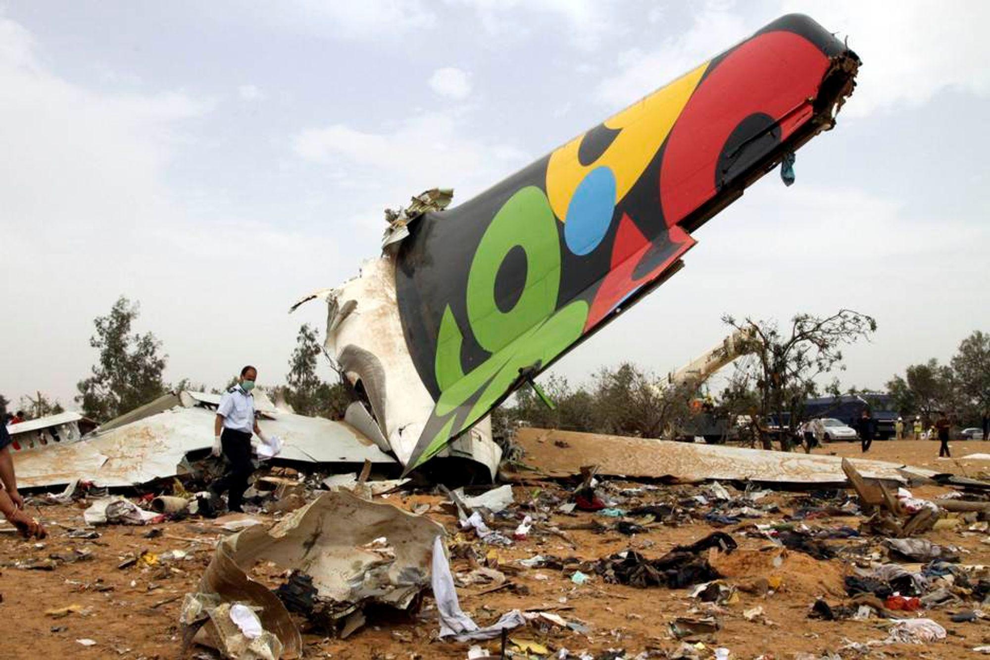 Redningsmannskap undersøker restene av Afriqiyah Airways flight 8U771 som krasjet rett ved Tripoli flyplass onsdag morgen.