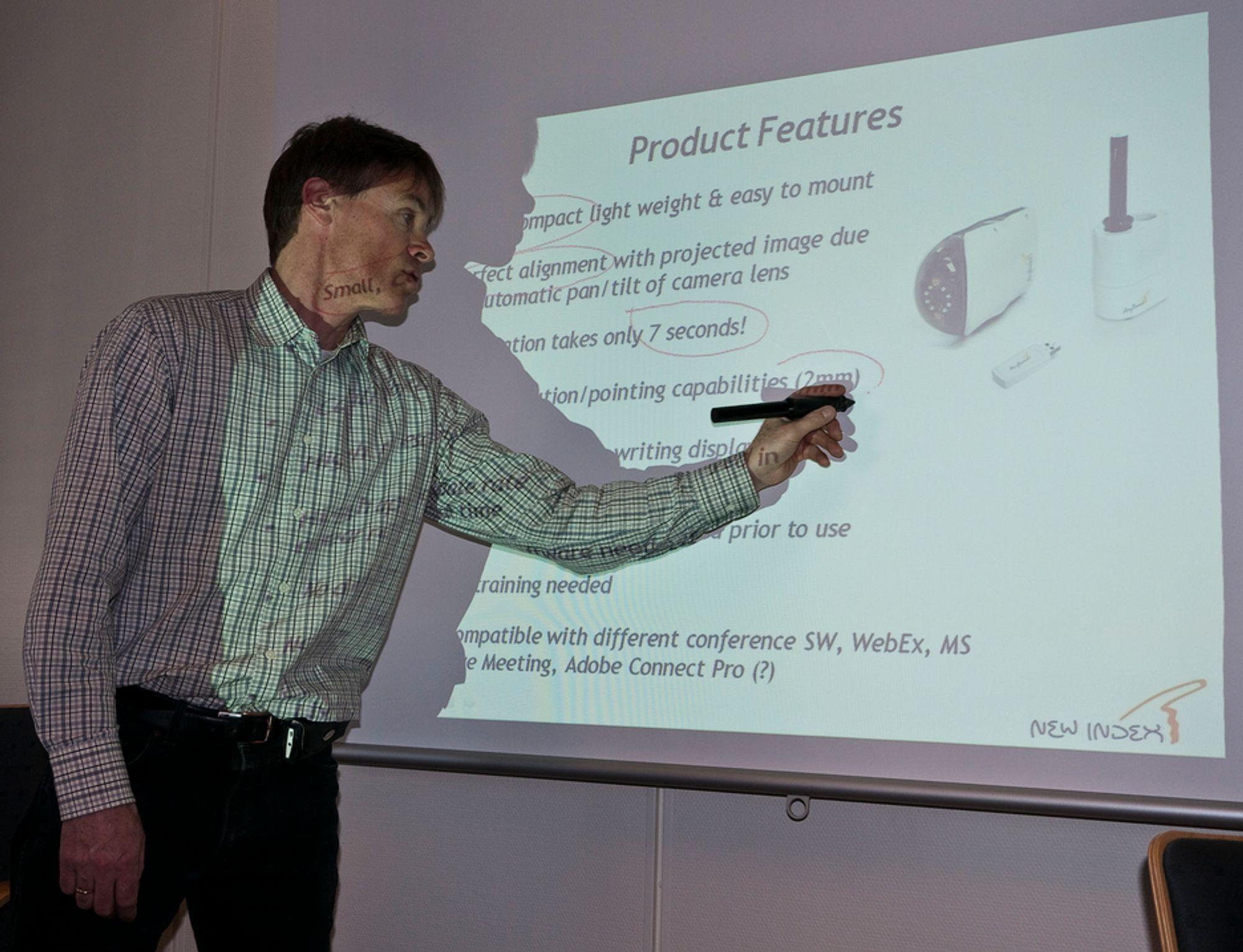SKRIVER MED LYS: Salgssjef John Ness i New Index viser hvordan han bruker Anyboards lyspenn til å skrive rett i en PowerPoint.