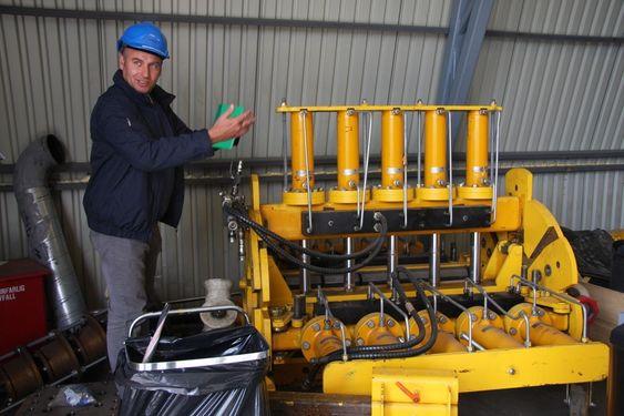 VISER FRAM: Avdelingsleder Lars Jordal ved Mekanisk Test Senter ved Lateral Load Rig.Testriggen benyttes til å få verifisert hvor mye klemkrefter man kan tilføre en kabel/umbilical under installasjon offshore.