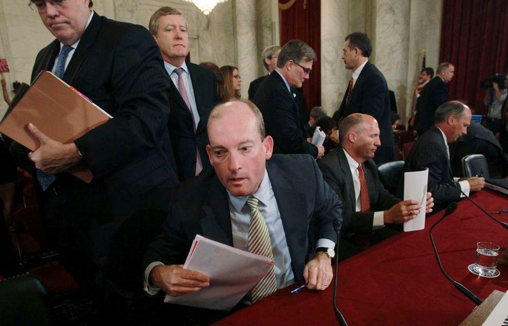 GRILLET: BPs sjef i USA, Lamar McKay, og de to andre sjefene i oljeselskapene som var involvert i oljeutslippet i Mexicogolfen, ble tirsdag grillet under en høring i Kongressen. De tre selskapene legger skylden på hverandre.