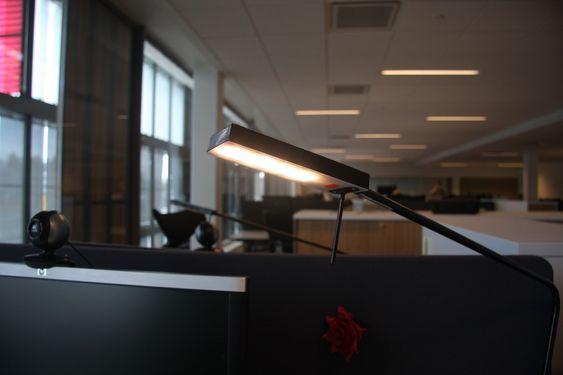 LED: Arbeidsplassene blir lyst opp av LED-skrivebordslamper.