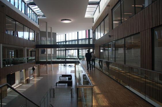 LUFTIG: De fem byggene som tidligere rommet Aker Kværner er  har fått en ny felles fasadekledning og har blitt lyse og luftige.