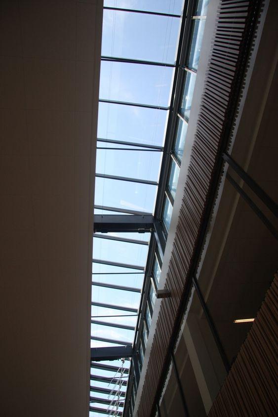 DAGSLYS: Fra taket strømmer dagslyset inn gjennom nye vinduer.