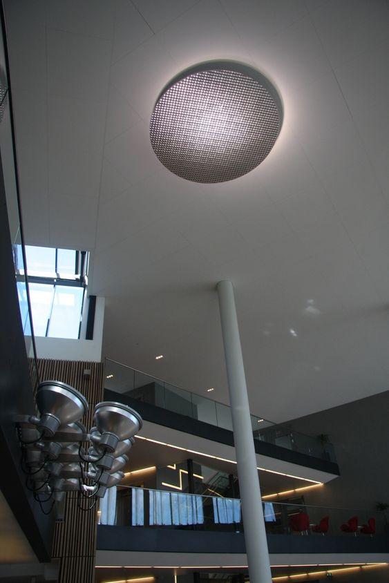 REFLEKTOR: En stor  sølvfarget reflektor opplyst av flere lyskastere i atriet og ser ved første øyekast ut som en enorm lampe.