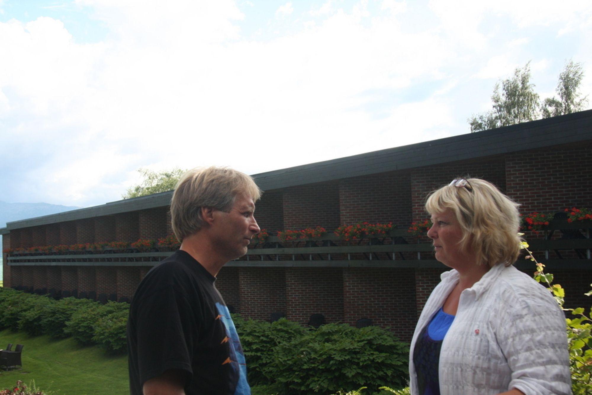 ¿ Vi er glade for at vi endelig ble kaldt inn til et møte med statsministeren, men det burde skjedd på et mye tidligere tidspunkt, sier Kvam-ordfører Astrid Farestveit Selsvold. Her i samtale med styreleder i Bevar Hardanger, Klaus Rasmussen.