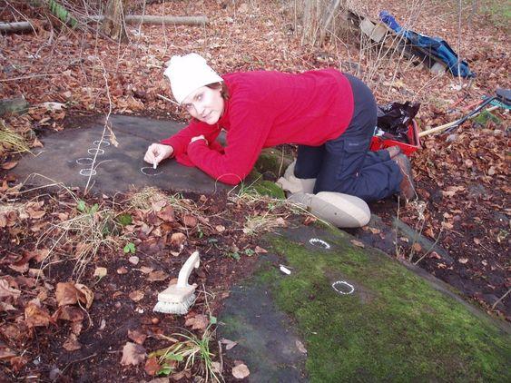HELLERISTNING: Prosjektleder for Kulturhistorisk museum, Margrete Figenschou Simonsen, er svært glad for funn fra jernalderbosetning ved Huseby. Her er hun fra et annet prosjekt, i gang med å kritte opp helleristninger.