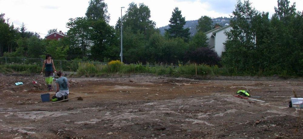 NITID: Kulturhistorisk museum har tre uker på seg til å kartlegge arkeologiske fuun. Sara Langvik Berge og Lene Melheim i gang med utgraving av ildgroper på Huseby.