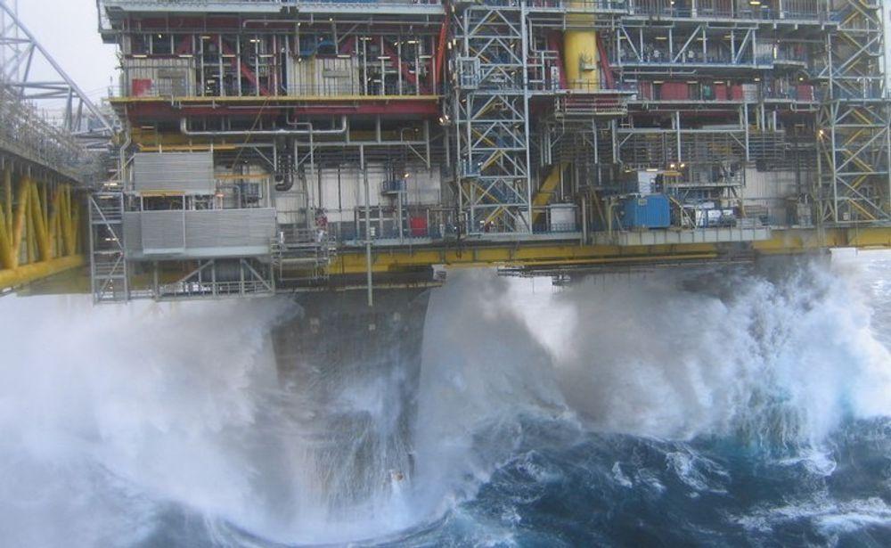 Meteorologisk institutt forventer orkan styrke i middelvind på deler av norsk sokkel fredag. Dette bildet ble tatt ved Oseberg A under en orkan i Nordsjøen i november i 2006.