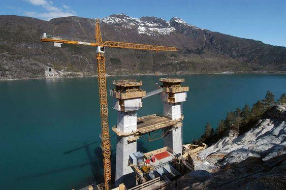 HØYT: Tårnet til Hardangerbroen på Bu har passert 50 meters høyde. Tårnet skal bli nærmere 200 meter når det er ferdigstilt.