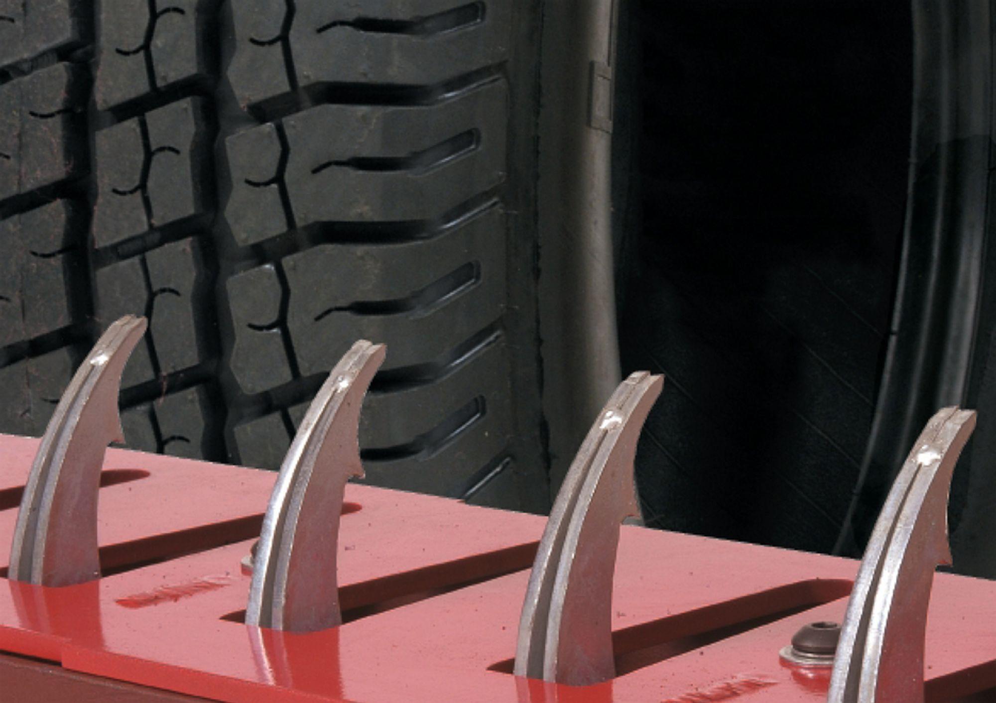 PIGGER TIL MOT UHELL: Med piggene ute håper Vejdirektoratet i Danmark å hindre bilister i å havne i feil kjøreretning på motorveien.